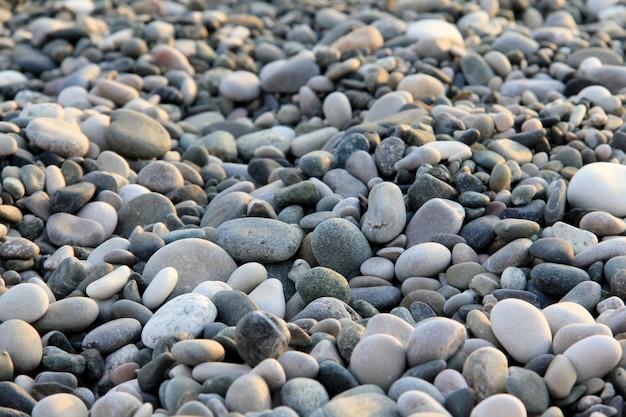 Маленькие камни у моря