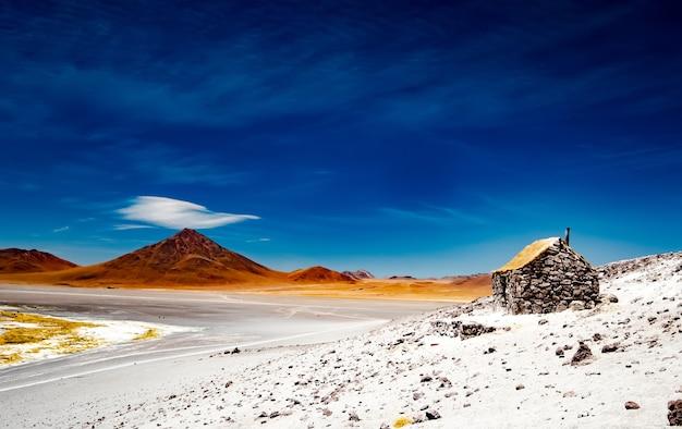 볼리비아의 넓은 콜로라도 석호 근처의 작은 돌집