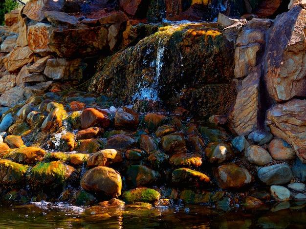 Небольшой каменистый водопад пейзажный фон hd