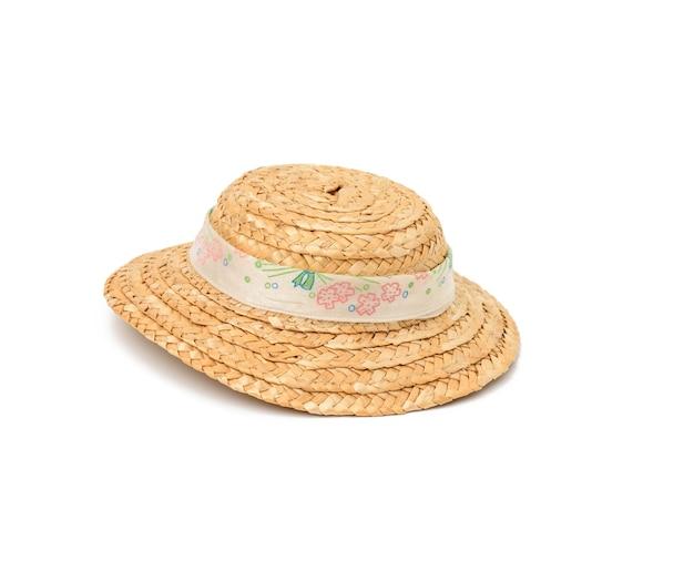 Маленькая соломенная шляпа, изолированные на белом фоне, крупным планом