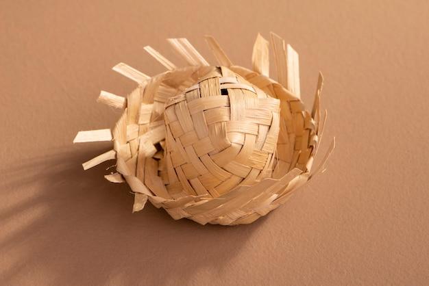 Маленькая соломенная шляпа используется для украшения festa junina на коричневом