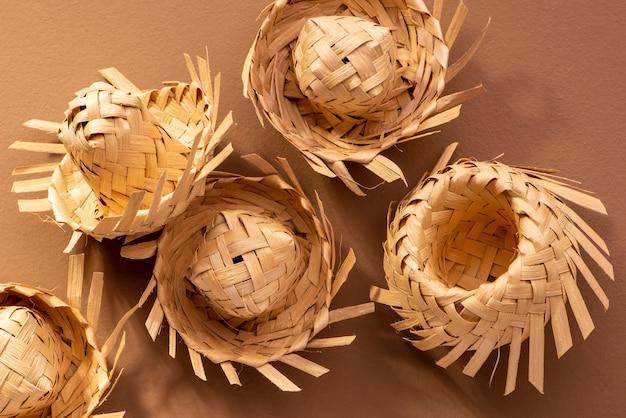 Маленькие соломенные шляпы, используемые для украшений festa junina на коричневом
