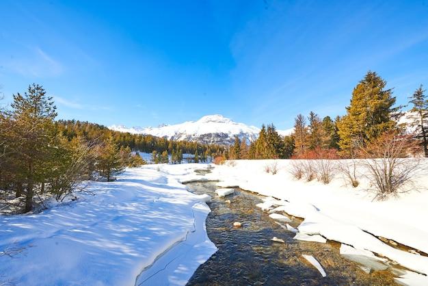 高山での春の雪解け中の小川