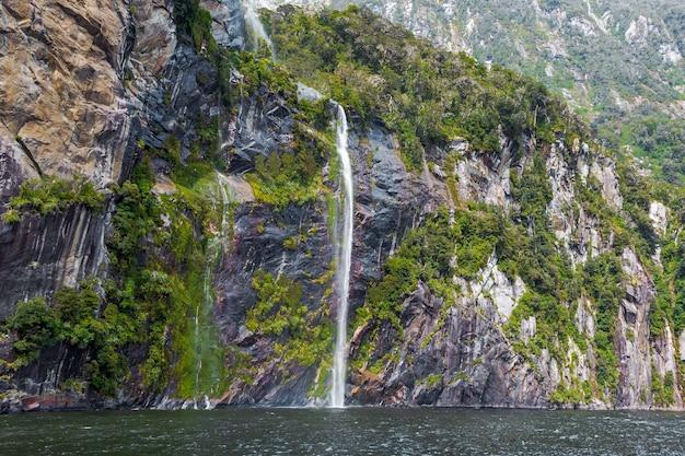 Небольшие ручьи воды с гор парк фьордленд южный остров новой зеландии
