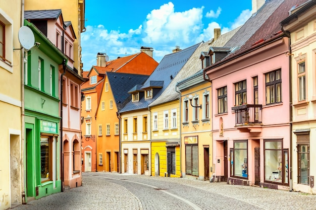 Loket, 체코 공화국의 화려한 집들이있는 작은 거리보기