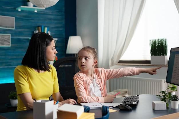 인터넷에서 부모와 함께 공부하는 작은 학생