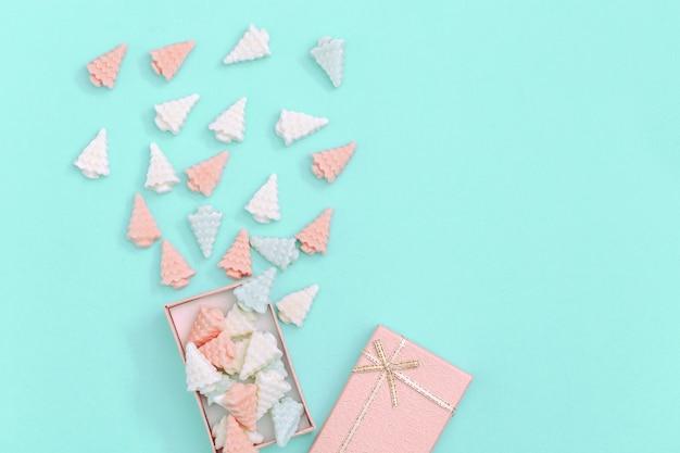 Маленькие сладкие шоколадные конфеты в форме елки