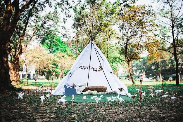 작은 천막 텐트 야외 숲에서 자연 외부를 즐길 수