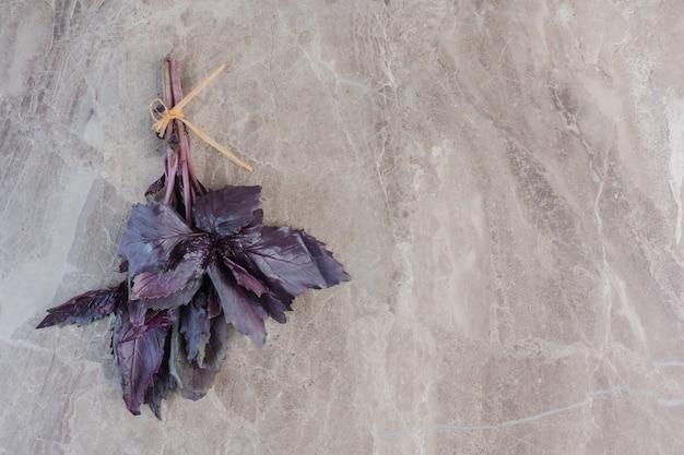 대리석에 아마란스 잎의 작은 묶음 묶음.