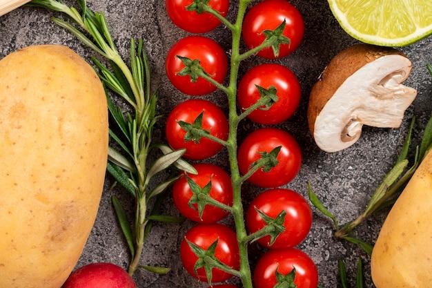 Piccoli pomodori su sfondo di stucco