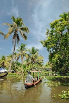 ヤシの木と美しい背水の風景に小さな観光船