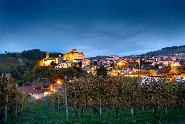 イタリア北部、ピエモンテの丘と緑のブドウ園に囲まれた小さな町バローロ。