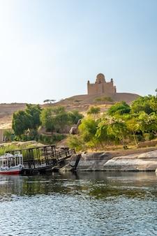 アスワン市のナイル川を航行する小さな町や古代寺院。エジプト