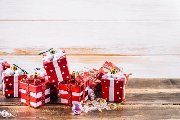 Маленькие подарочные коробки игрушек на столе
