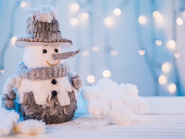 Маленький игрушечный снеговик на столе