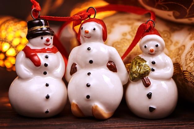 クリスマスの飾りのテーブルに小さなおもちゃの雪だるま