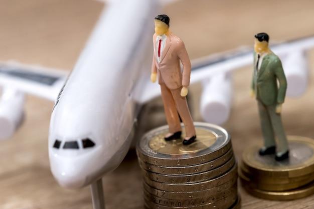 飛行機の近くで、人々がユーロ硬貨で見つける小さなおもちゃ