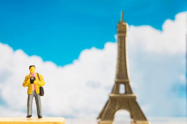 세계 관광의 날을위한 작은 여행자 그림