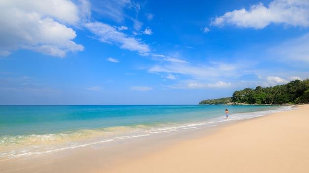 푸켓 태국에서 작은 여행 관광객과 푸른 하늘 배경 여름 휴가