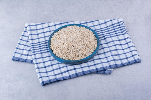大理石の表面のタオルの上にご飯の小さなトレイ