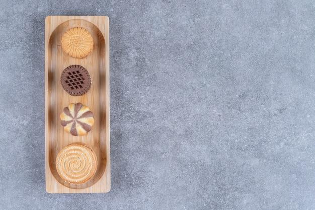 Un piccolo vassoio con biscotti su marmo