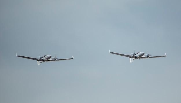 Небольшой двухдвигательный винт военный самолет-разведчик на фоне неба.