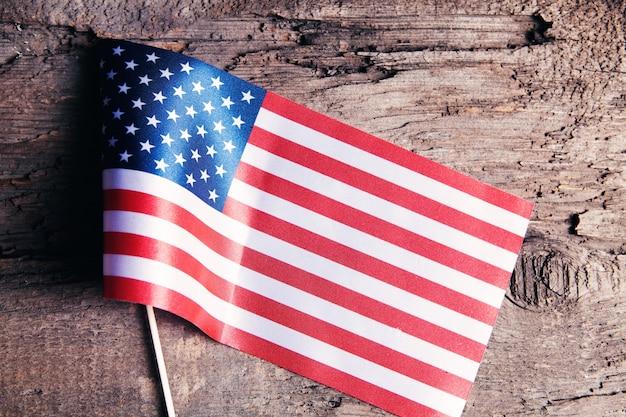 テーブルの上の小さな米国旗