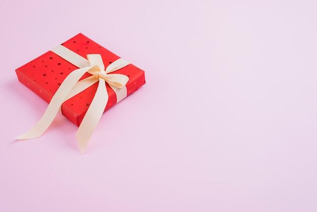리본이 달린 작은 발렌타인 데이 선물