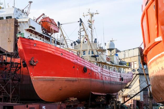 선박 수리 야드에 해변 작은 선박