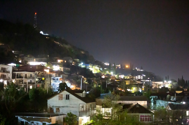 山の中の夜の小さな村。アブハジアのガグラ