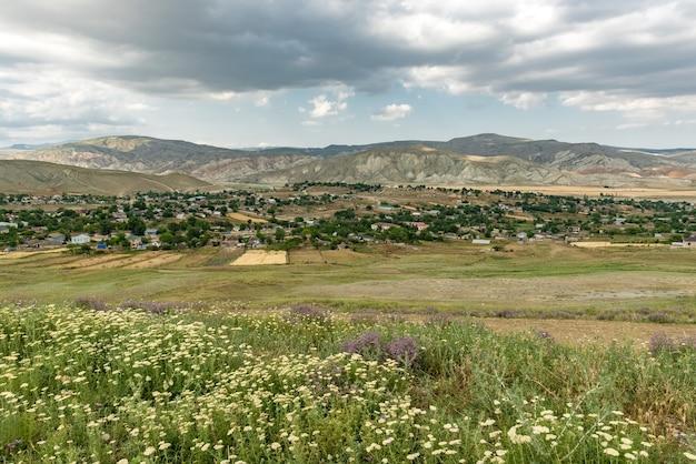 Небольшая деревня у подножия гор
