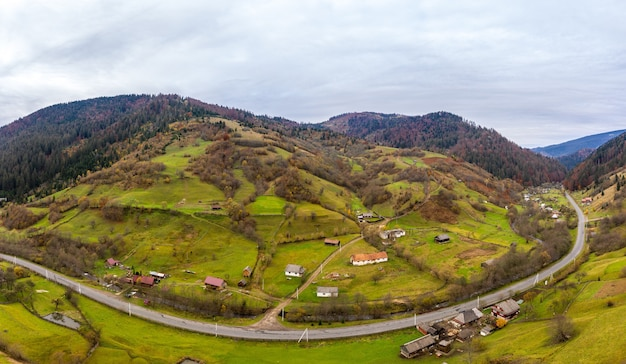 Небольшая деревня в горной долине карпат в осенний день в украине вдоль дороги