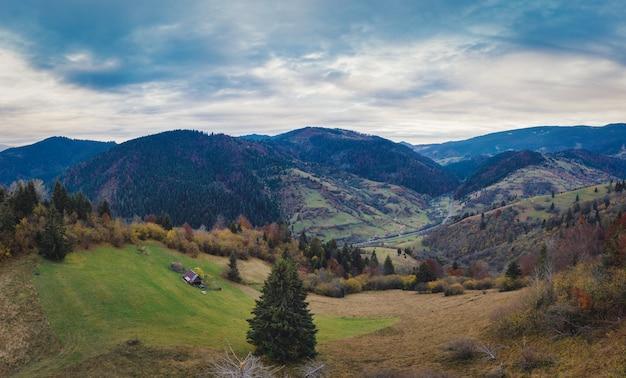 Dzembronyaの村のウクライナの秋の日にカルパティア山脈の山の谷にある小さな村。