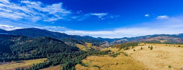 Dzembronyaの村のウクライナの秋の日にカルパティア山脈の山の谷にある小さな村