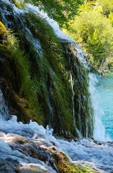 플리트 비체 호수 국립 공원 (크로아티아)의 작은 폭포와 푸른 호수.