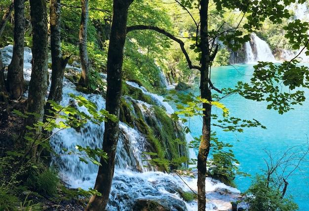 플리트 비체 호수 국립 공원 (크로아티아)의 작은 폭포와 푸른 깨끗한 호수