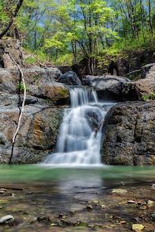 Небольшой водопад в лесу недалеко от владивостока, россия