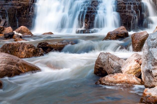 Небольшой водопад в ручье