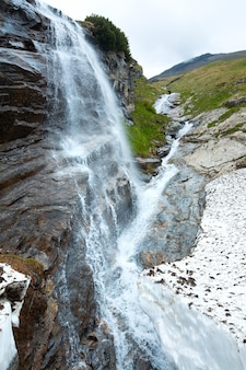 グロースグロックナーハイアルパインロード近くの小さな滝。