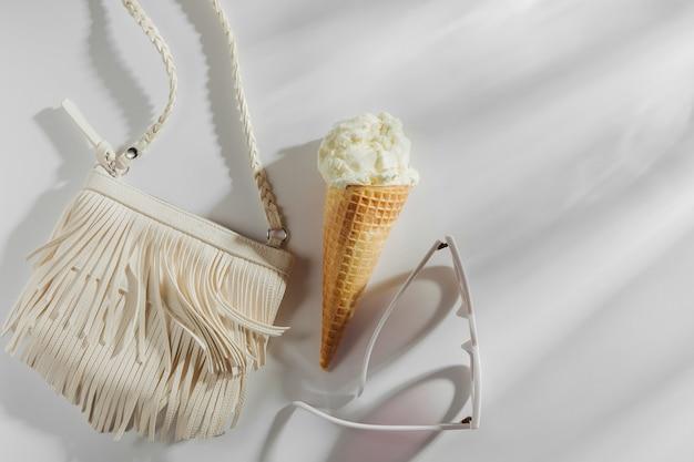 Небольшая белая сумка с бахромой и мороженым. концепция летних каникул.