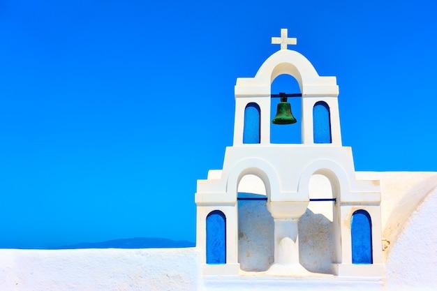 그리스 산토리니(santorini)의 이아(oia) 마을에 있는 작은 흰색 종탑