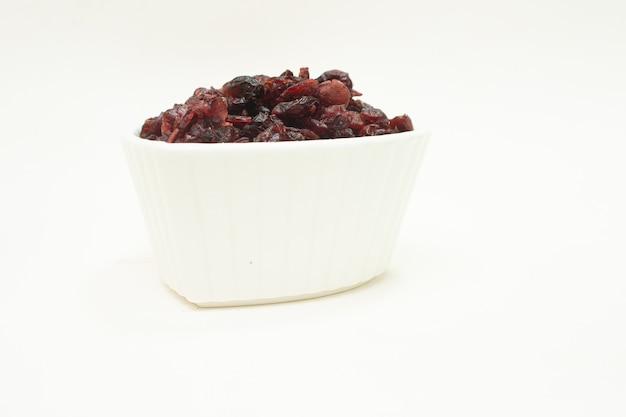 크랜베리가 가득한 작은 흰색 그릇