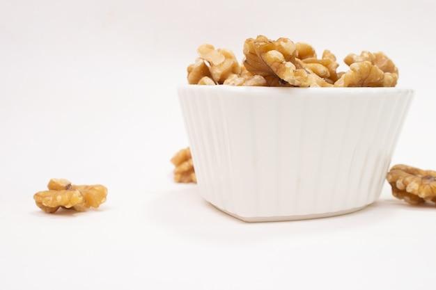 견과류가 가득한 작은 흰색 그릇