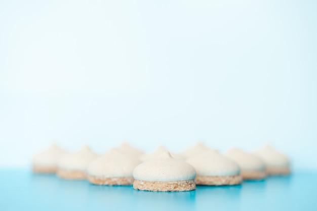 青色の背景に小さな白いケーキ