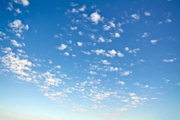 푸른 하늘에 작은 흰 구름