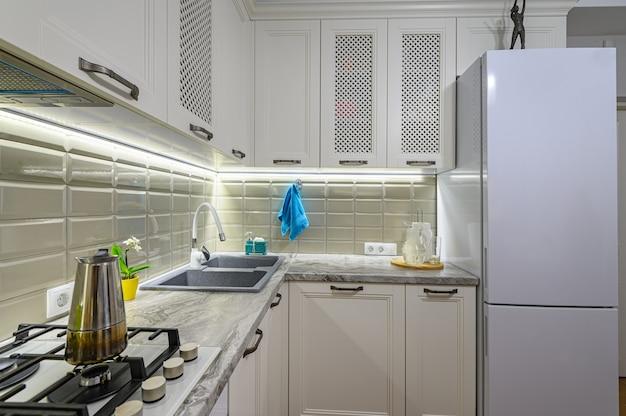 목재 가구와 함께 작고 흰색 아늑하고 편안한 현대 클래식 주방 인테리어