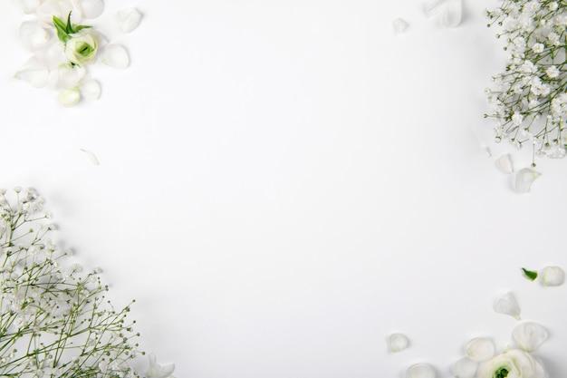 흰색 배경에 작은 흰색 꽃, 발렌타인 데이와 어머니의 날을위한 모형 디자인 요소