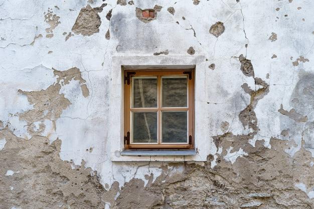 非常に古い中世の老朽化した建物の小さな窓。