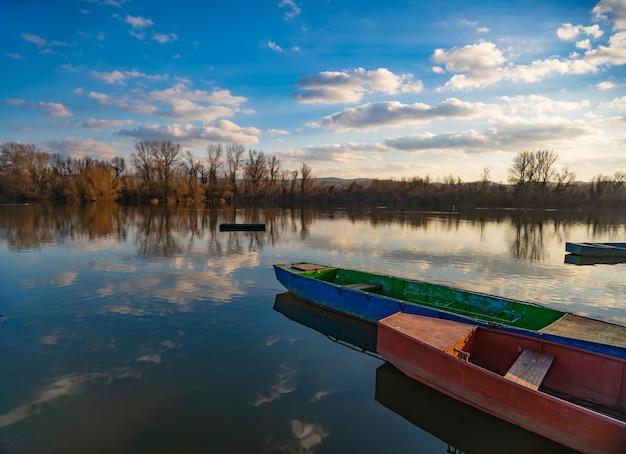 穏やかな湖の小さな木製のボート