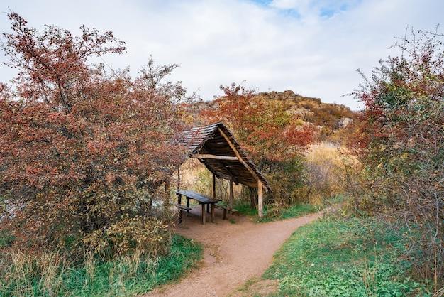 우크라이나의 카르파티아 언덕에 있는 아름다운 가을 나무 사이에 있는 작은 나무 전망대